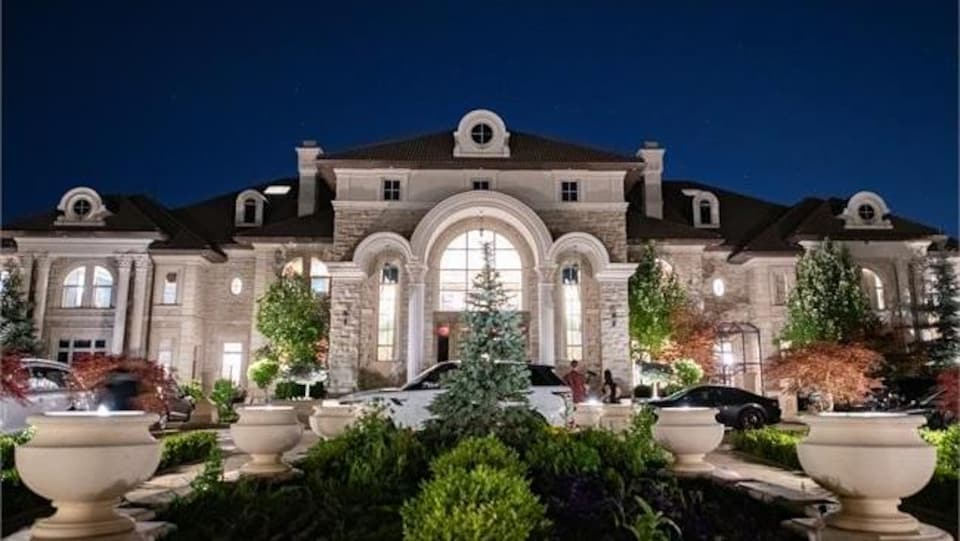 La façade d'une grande maison blanche.