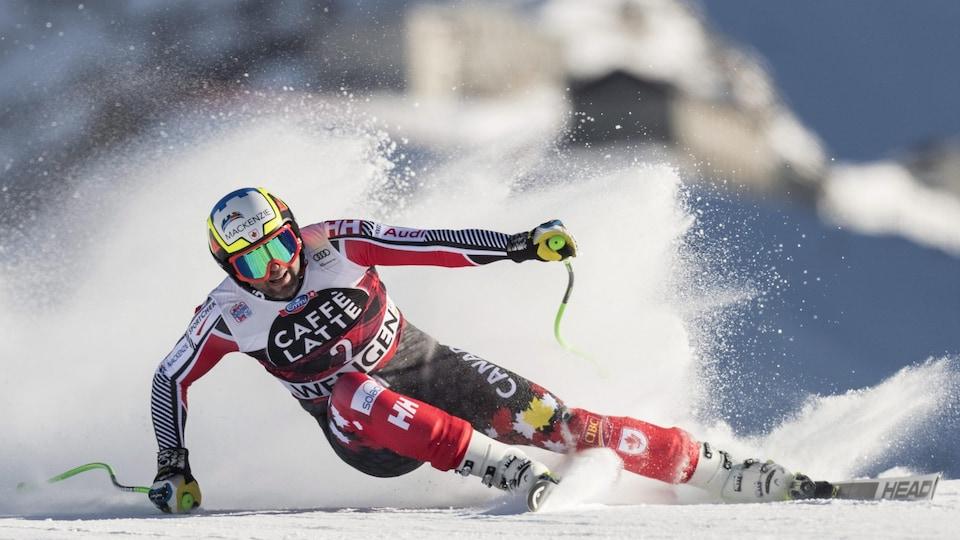 Un skieur dans un virage