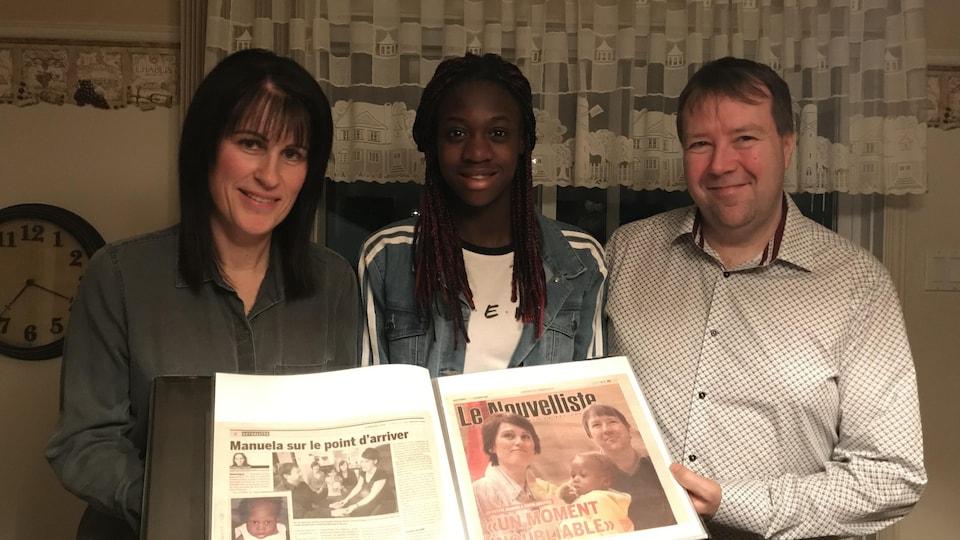 Manuela Ricard en compagnie de ses parents, Chantal Périgny et Sylvain Ricard. Ils tiennent la Une du journal Le Nouvelliste, lors de son arrivée au Québec, il y a dix ans.