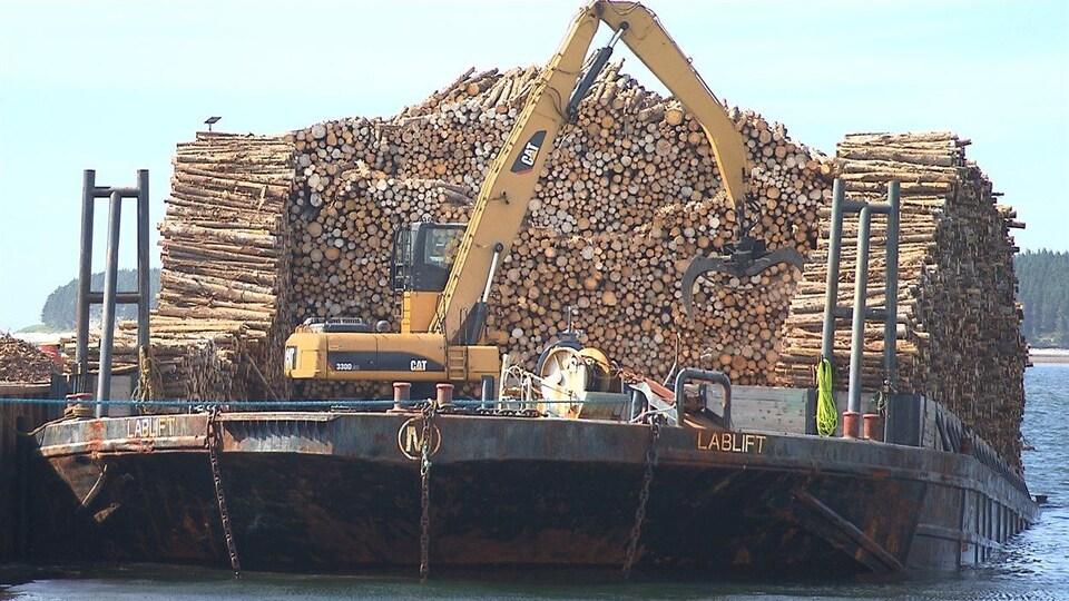 Du bois entassé sur une barge.