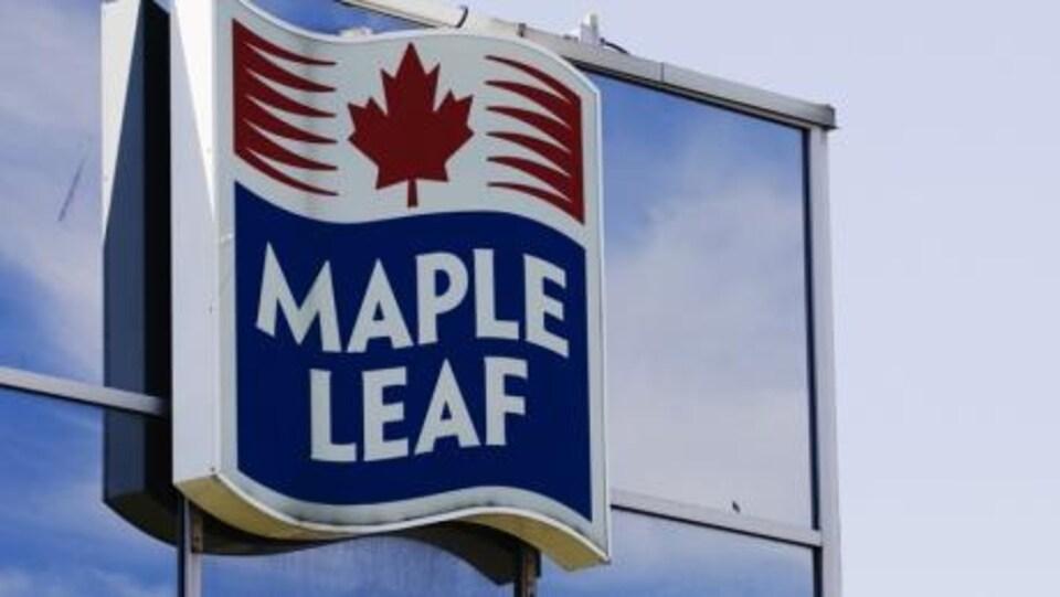 Une affiche extérieure montrat le logo de Maple Leaf.