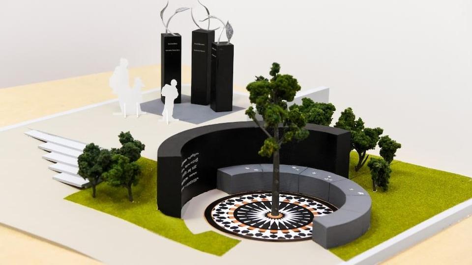 Maquette de l'oeuvre de l'artiste Lucie Pelletier comprenant des arbres et des stèles surmontées de feuilles de métal sculptées