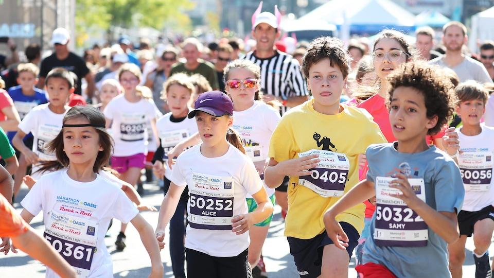 Des enfants participent au P'tit marathon de 1 kilomètre à Montréal.