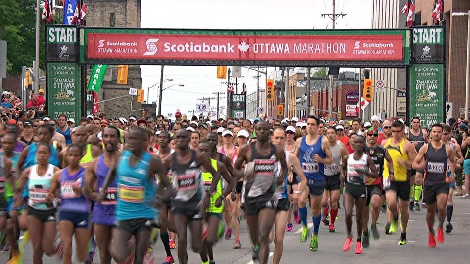 Des gens courent au centre-ville d'Ottawa.