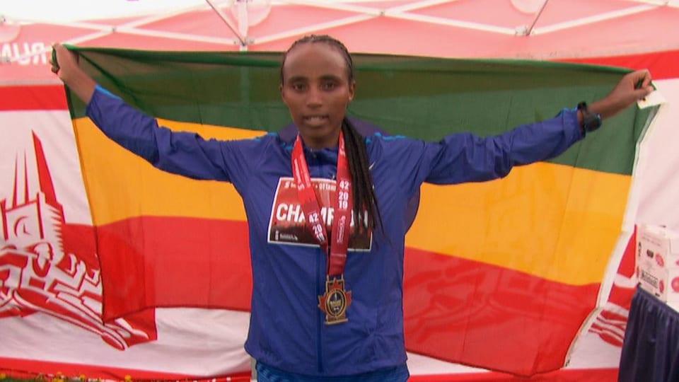 Tigist Girma tenant le drapeau éthiopien.