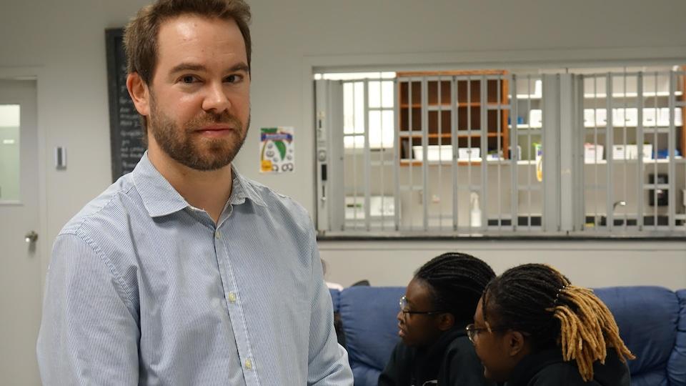 Marc-André Germain, technicien du service de loisirs à l'école secondaire Vanier, dans un local