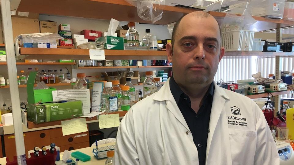 Marc-André Langlois pose dans un laboratoire.