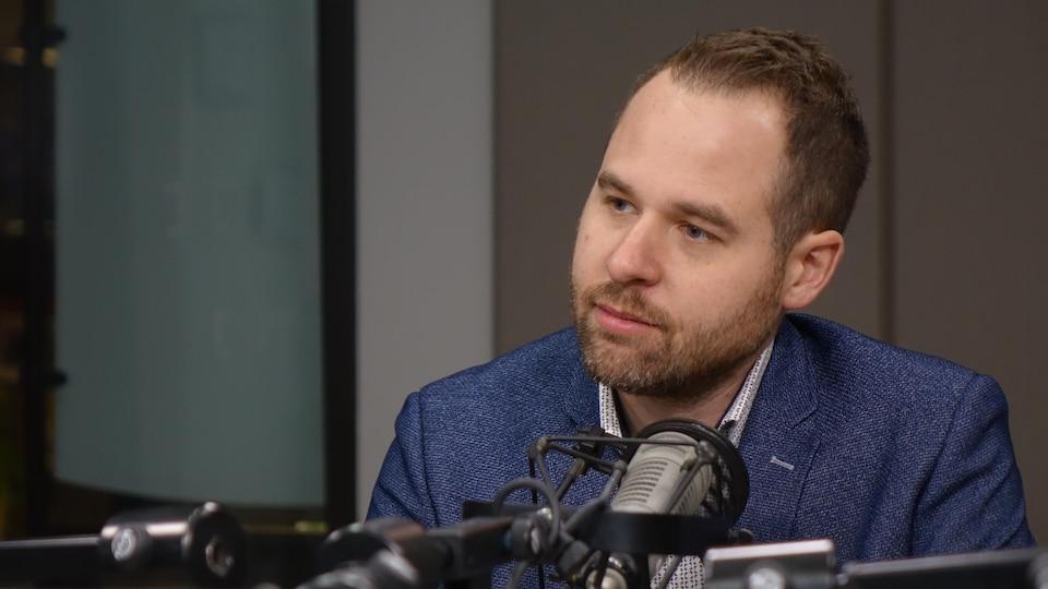 Marc-André Leclerc est assis dans un studio de radio.