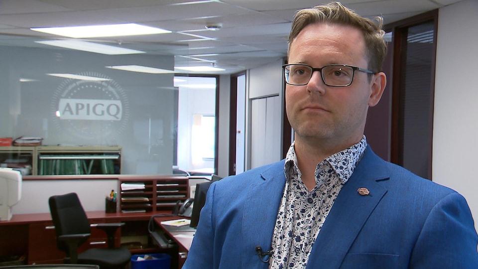 Le président  l'Association professionnelle des ingénieurs du gouvernement du Québec, Marc-André Martin, photographié dans un bureau.
