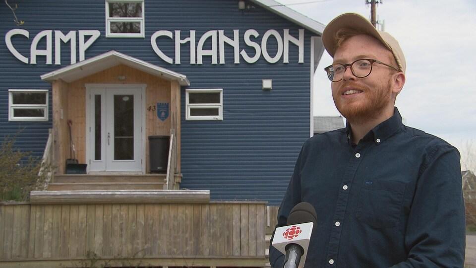 Marc-Antoine Dufresne en entrevue devant un bâtiment du camp Chanson de Petite-Vallée.