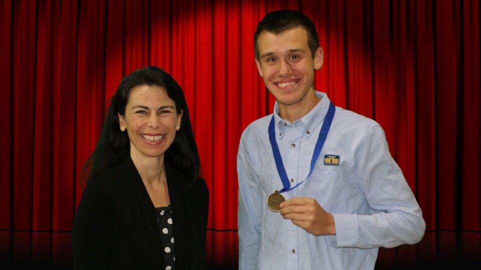À gauche, la directrice du Collège du Mont-Sainte-Anne, Nathalie Marceau. À droite, Marc-Antoine avec une médaille au cou.