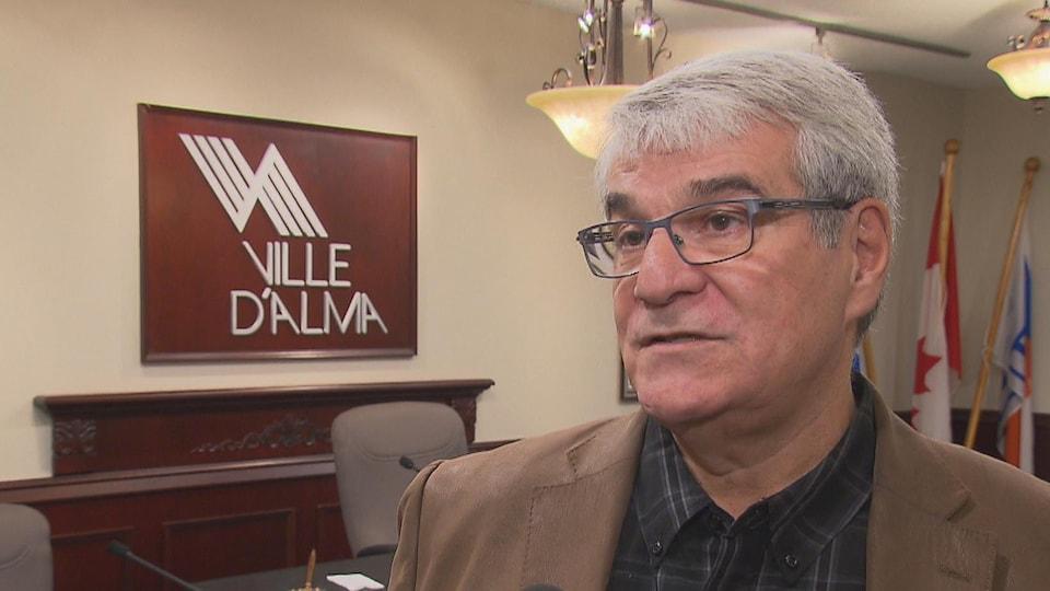 Marc Asselin en entrevue dans la salle du conseil