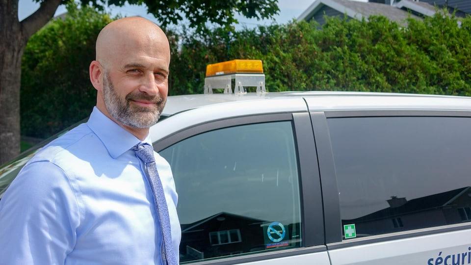 Marc Desaulniers, chef, intervention, vol d'électricité à Hydro-Québec à côté d'une voiture de la société d'État