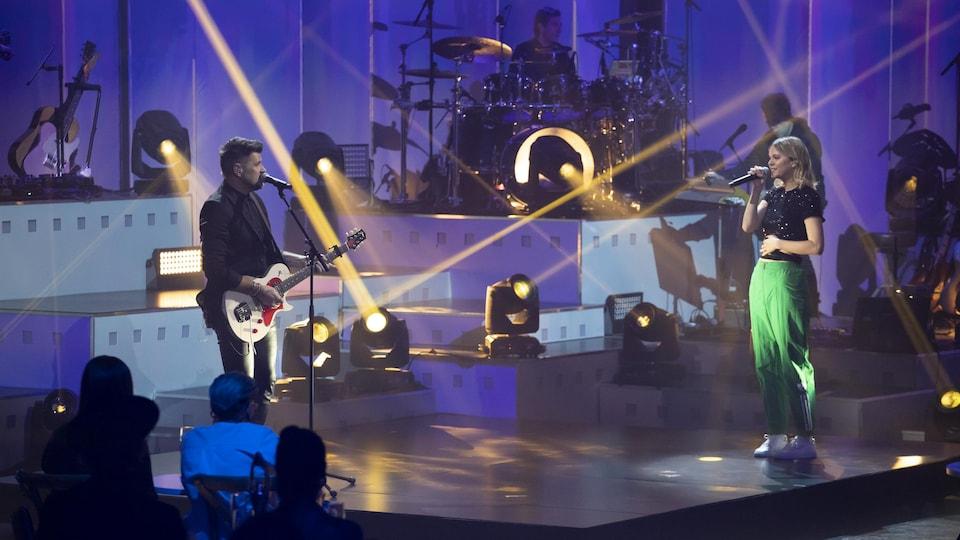 Marc Dupré joue de la guitare et Eli Rose chante.