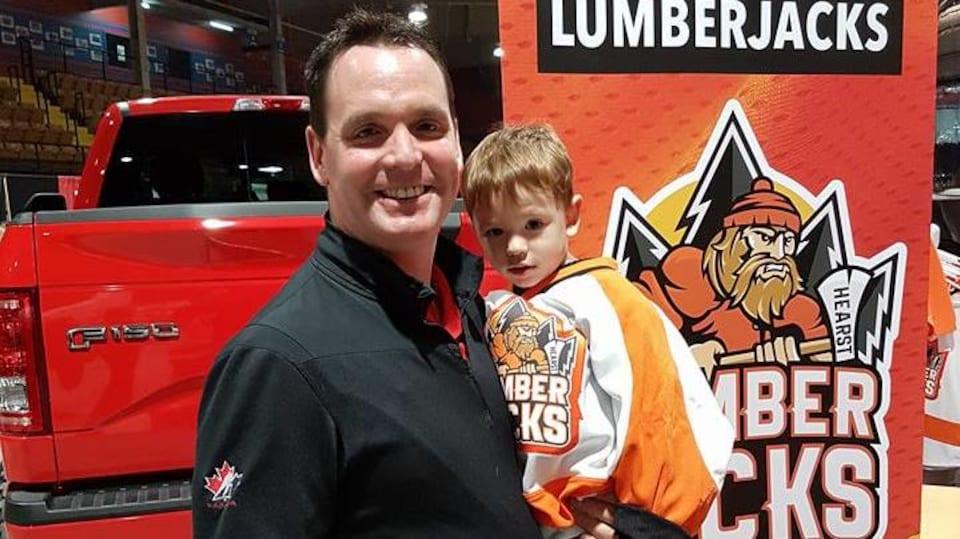 L'entraîneur-chef et directeur général, Marc Lafleur avec son fils Ethan