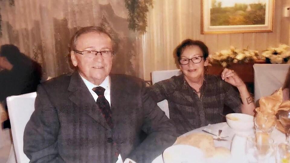 Un homme et une femme assis à une table.