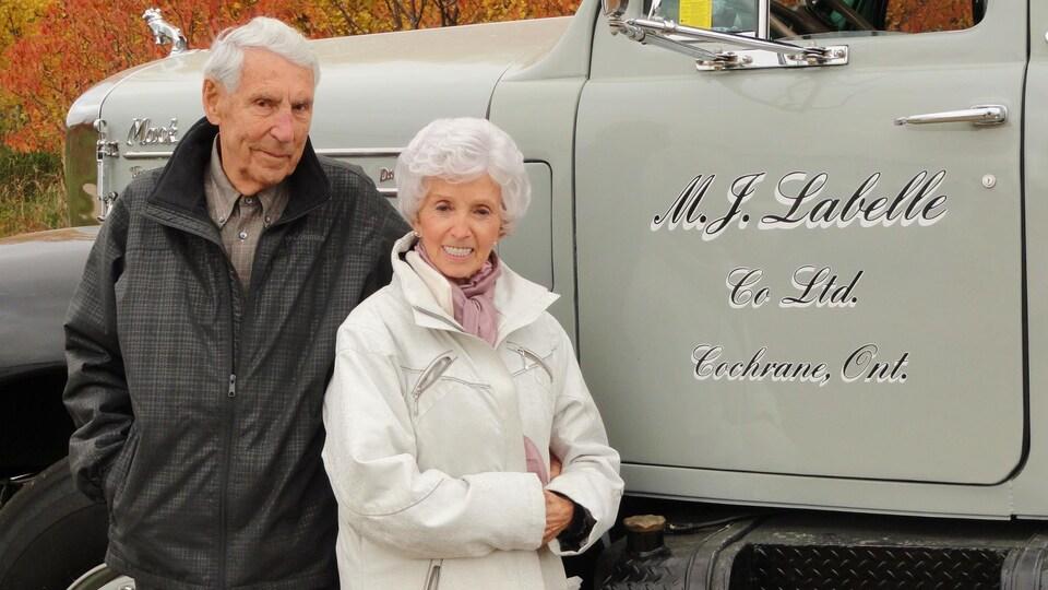 Marcel et Frances Labelle  devant un camion de la compagnie M.J. Labelle Co Ltd.