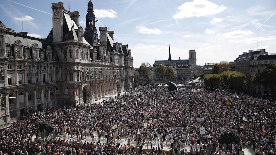Des centaines de personnes rassemblées devant l'Hôtel de ville de Paris.
