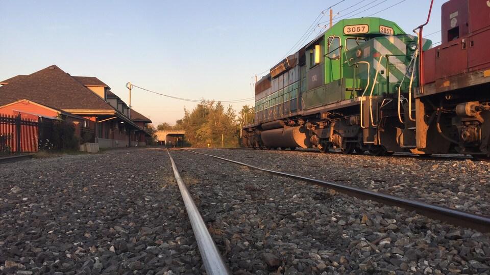Un train stationné au Marché de la Gare de Sherbrooke, au coucher du soleil