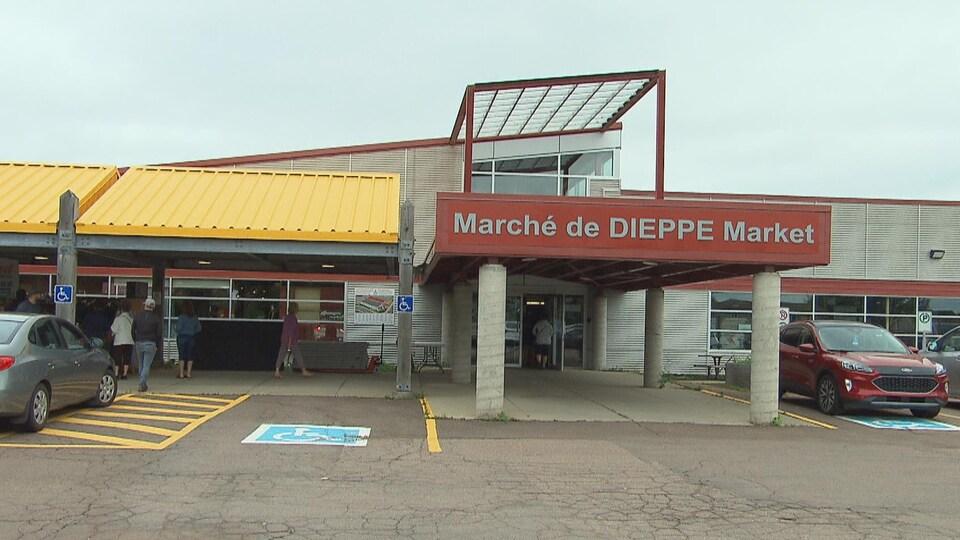 L'entrée principale du marché, couverte d'un portique, s'ouvre sur le stationnement.