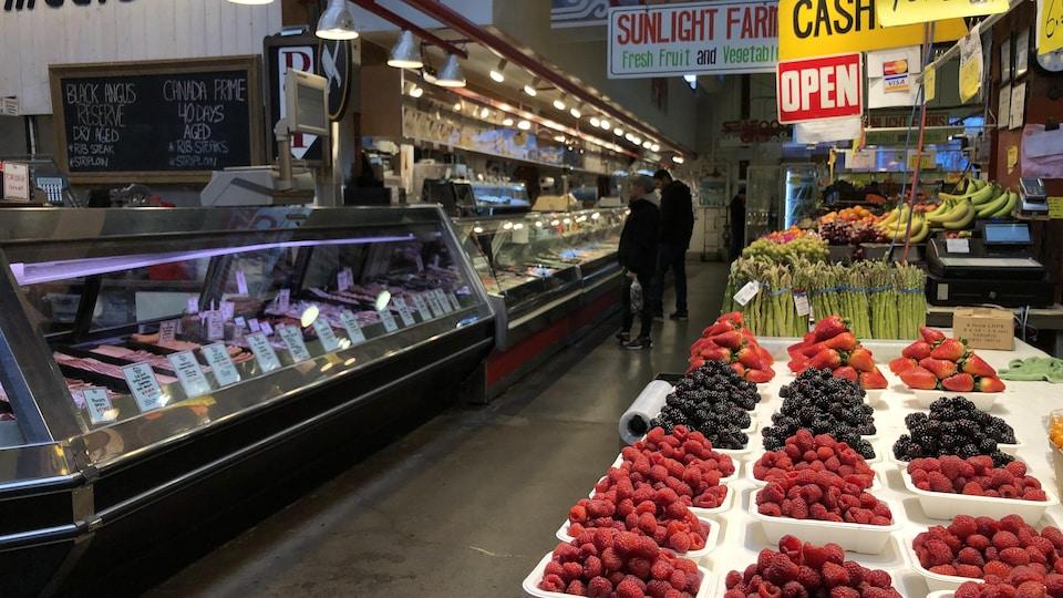 Une allée du marché public où il n'y a que deux personnes.