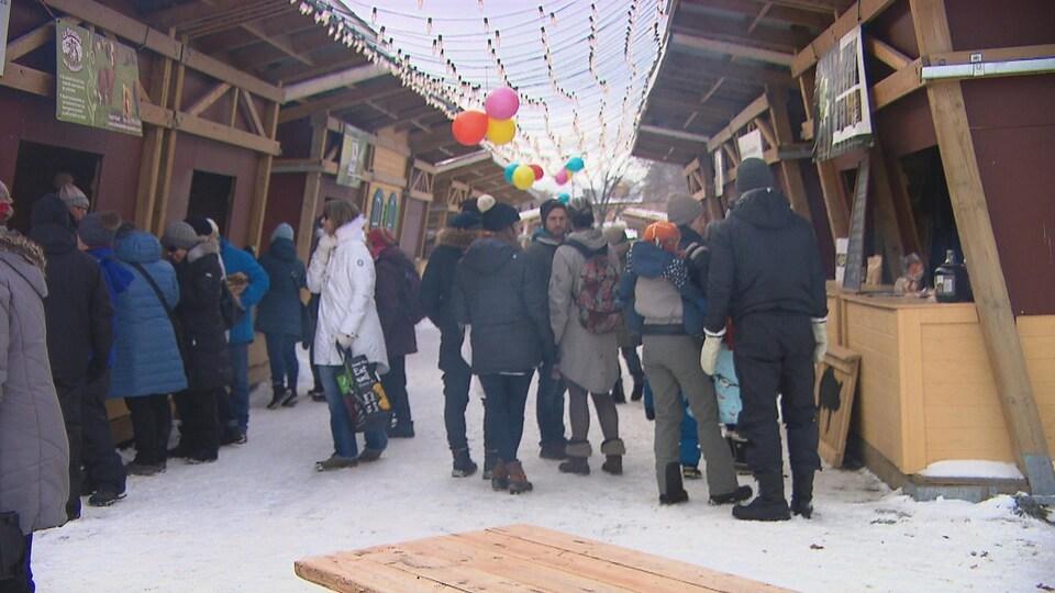 Des gens marchent dans un marché public pendant l'hiver.