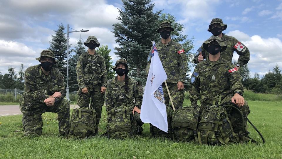 Le groupe de six militaires portant le masque.