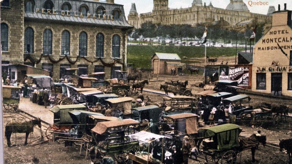 Une image d'antan d'un marché avec des chariots et des chevaux.
