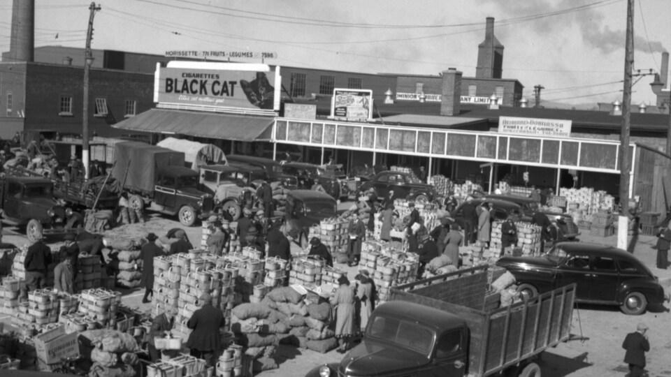 une photo d'archives en noir et blanc d'un marché à Québec