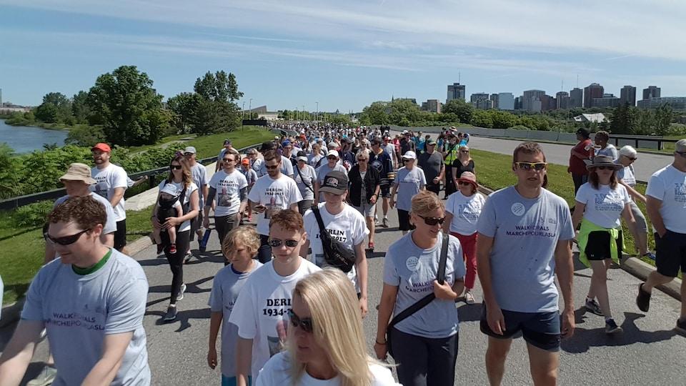 Des milliers de personnes marchent à Ottawa.