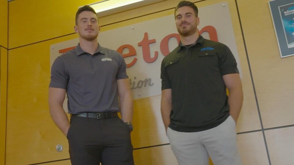 Les deux hommes posent devant un logo de Breton Tradition