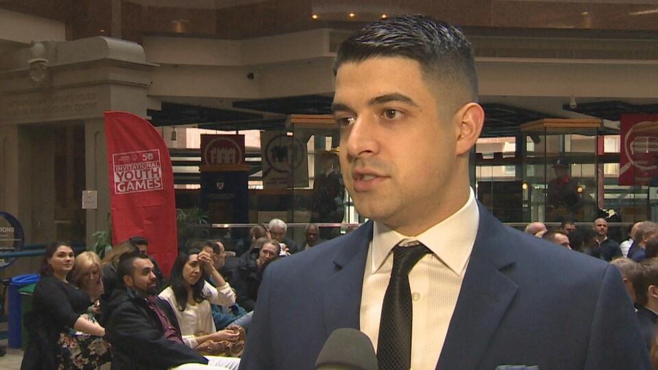 L'agent de sécurité Marco Rotondo répond au micro de Radio-Canada.
