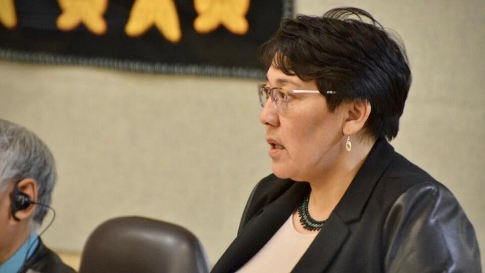 Margaret Nakashuk à l'Assemblée législative du Nunavut.