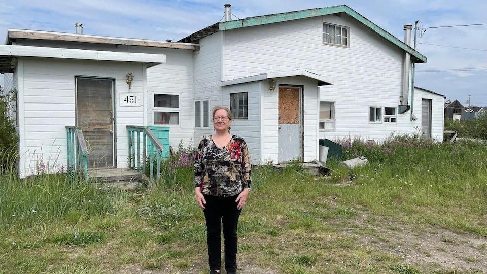 Madge Pomerleau devant une maison.