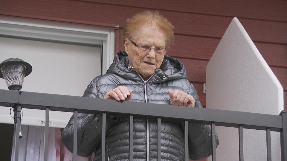 Marguerite Truchon parle depuis son balcon.