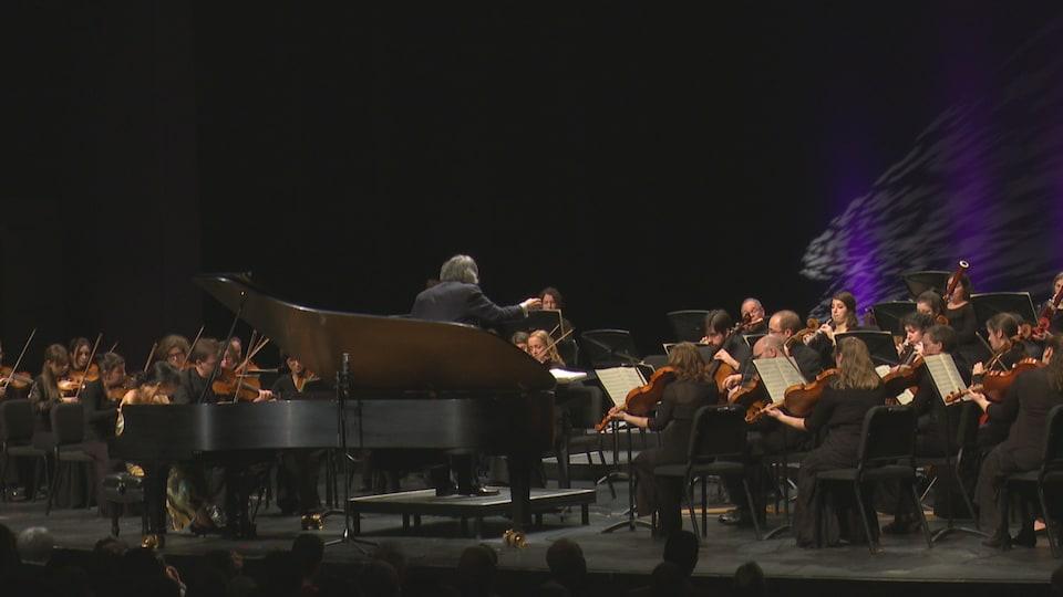 Les musiciens sur la scène en compagnie de Kent Nagano.