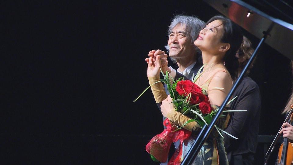 Le maestro Kent Nagano et la pianiste Mari Kodama saluent la foule.