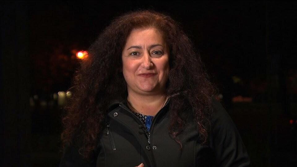 Mme Mourani regardant droit dans la caméra lors d'une entrevue télévisée.