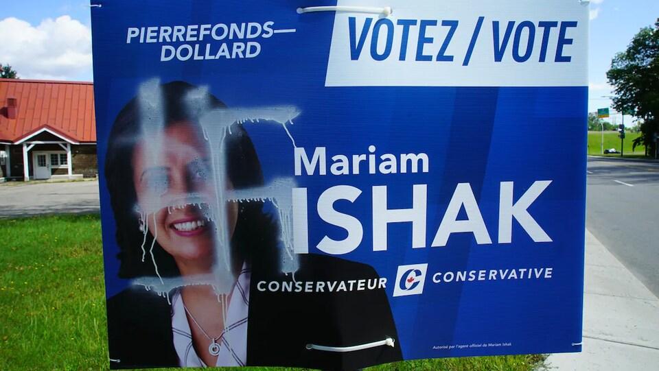 Une pancarte de Mariam Ishak vandalisée avec une croix gammée.