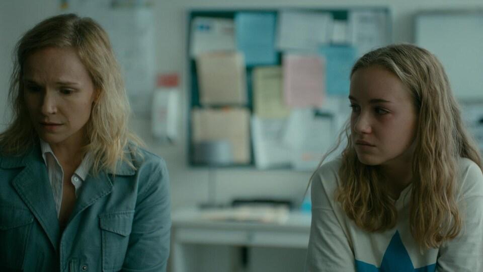 L'adulte et la jeune fille sont tristes.