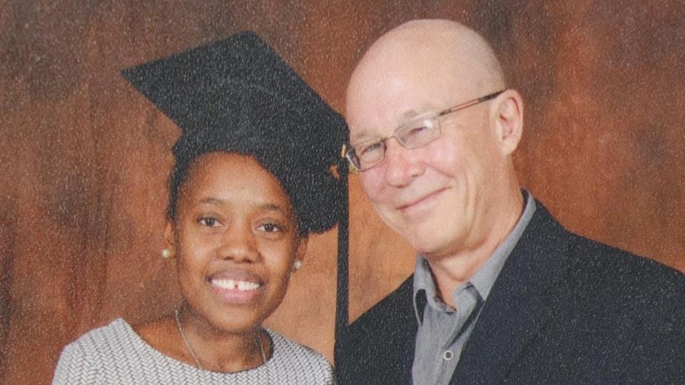 Marie-Ange Faro lors de sa graduation en compagnie de Daniel Bénéteau