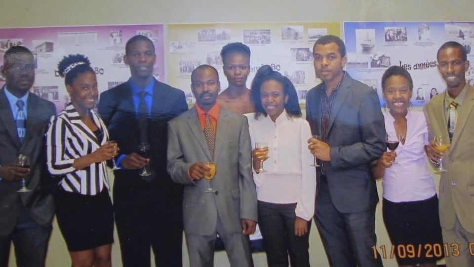 Marie-Ange Faro (2e à partir de la gauche) en compagnie d'autres Haïtiens venus étudier à l'UQAR.