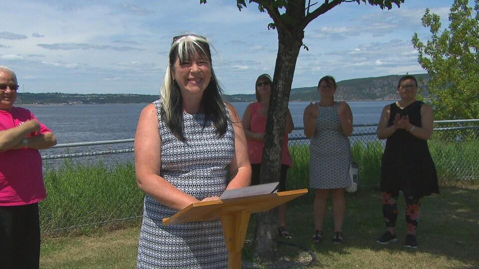 Marie-Annick Fortin devant le fjord du Saguenay