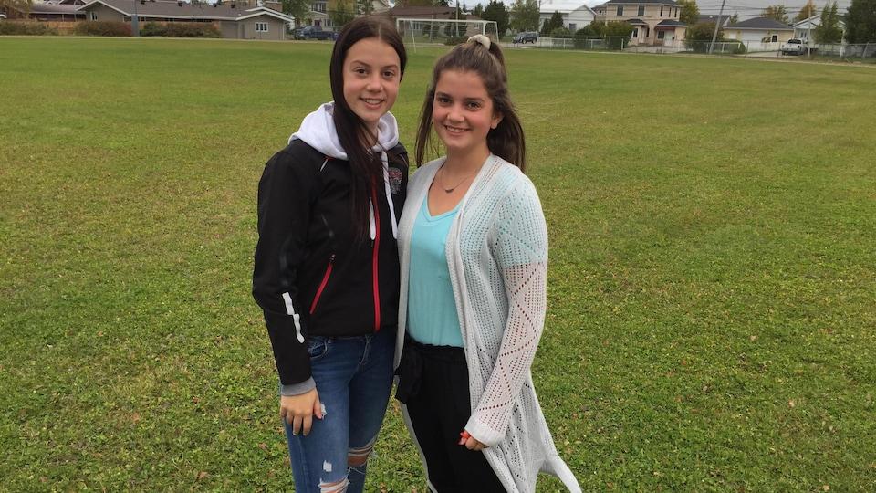 Deux jeunes filles sur un terrain de soccer.