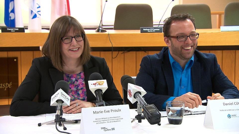 Marie-Eve Proulx et Daniel Côté, préfet de la MRC Côte-de-Gaspé.