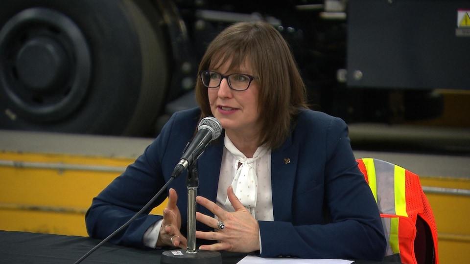 Marie-Eve Proulx, en conférence de presse à l'usine d'Alstom à La Pocatière.