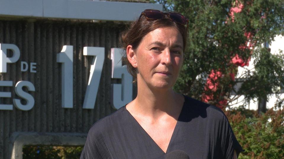 Une femme devant l'entrée du Cégep de Sept-Îles.