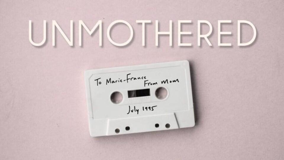 L'affiche du film « Sans maman », avec une cassette audio sur laquelle on peut lire : à Marie-France de maman, juillet 1995.