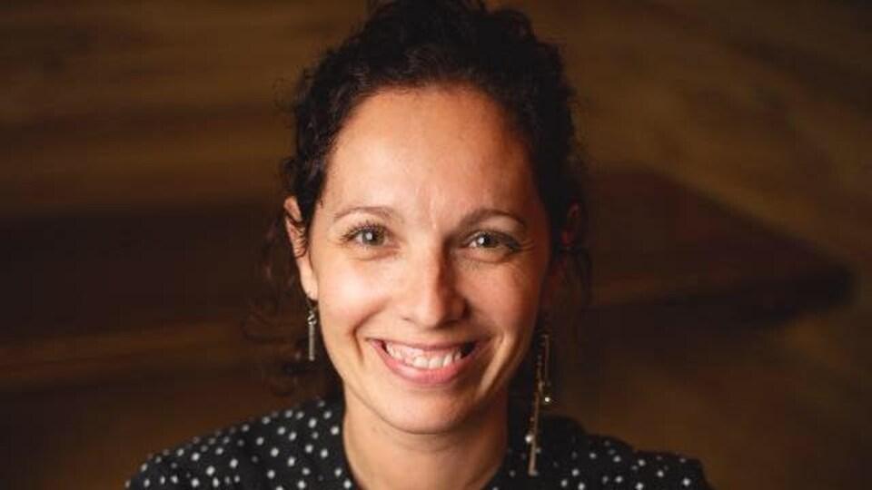 Marie-Hélène Collin sourit à la caméra.