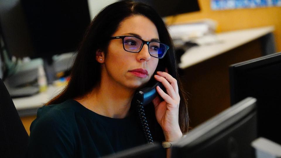Marie-Hélène Lange au téléphone.
